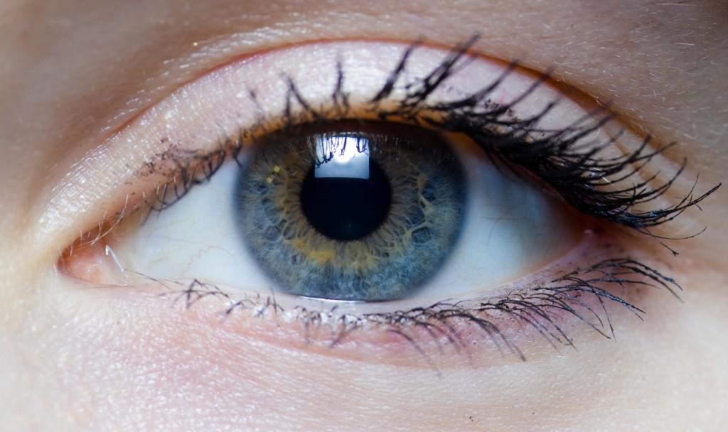 Fernsehschauen, Lesen im Dunkeln, etc. - welche Angewohnheiten sind wirklich schlecht für die Augen